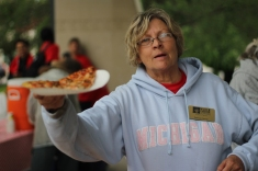 Volunteer Patricia Pittman hands out pizza to the students. After a day of planting all the volunteers received food. Photo Credit / Hannah Pittman